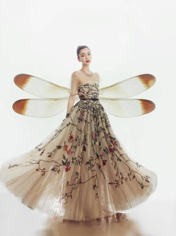 """杨颖""""抽象""""风大片,长发及腰穿V领连衣裙,错落光影看得眼花了"""