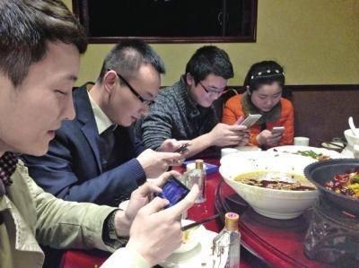 提醒:喜欢玩手机的人,这3个时间段一定要避开,否则会伤肾