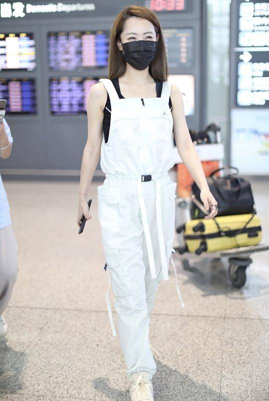 白冰秀私服,白色背带裤配黑色吊带背心,帅气时尚很有少女感