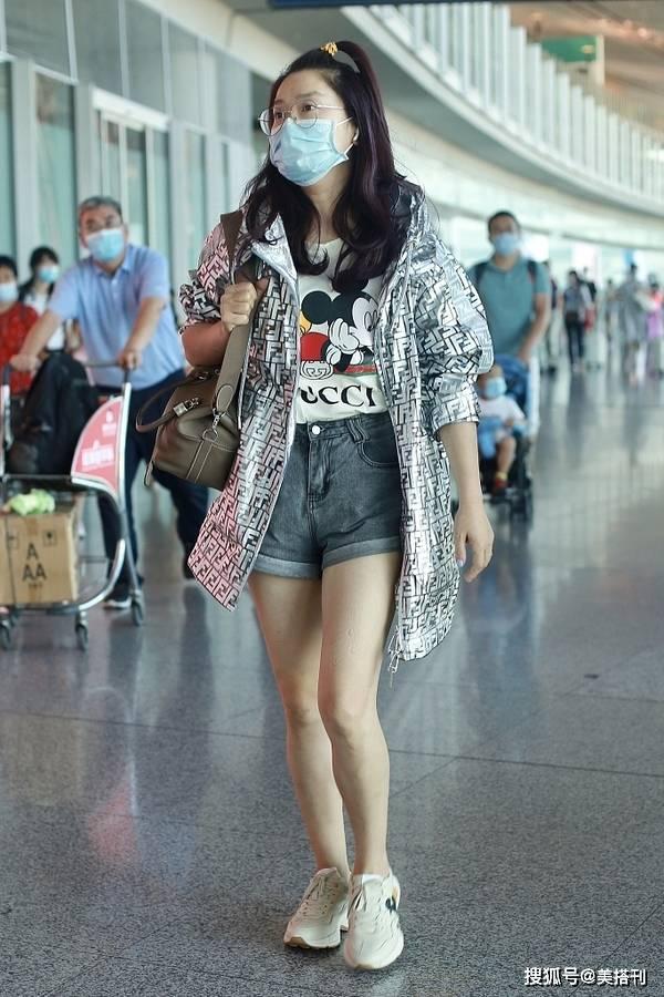 凤凰传奇玲花现身机场,穿T恤短裤露美腿,40岁素颜状态太真实了