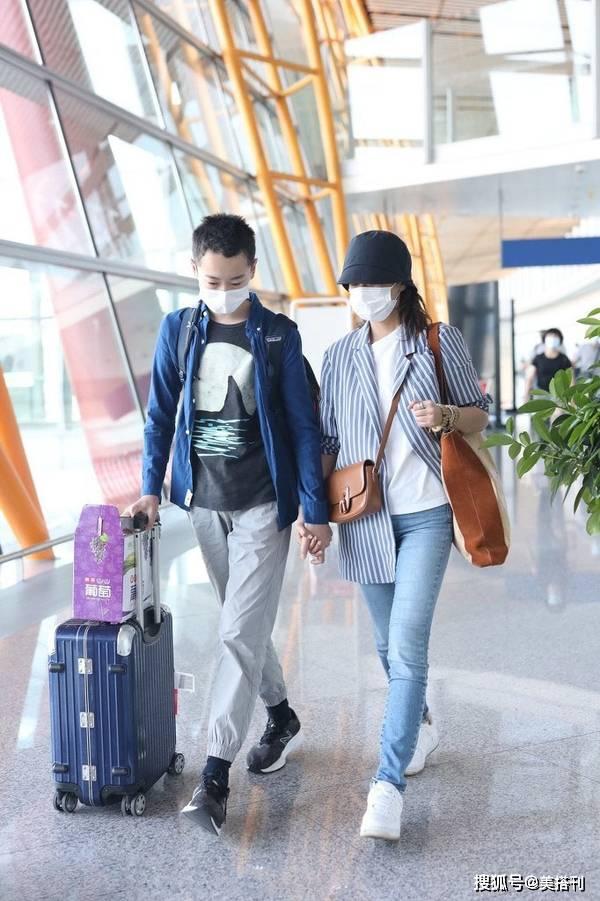 海清保养得真好,穿白T牛仔裤时髦年轻,43岁人和14岁儿子像姐弟