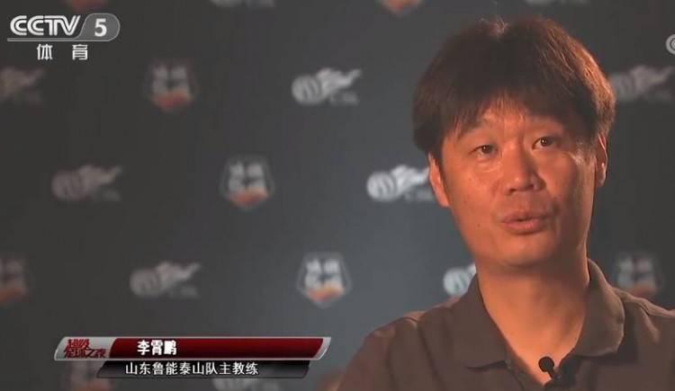 足坛哲学家,李霄鹏央视采访中谈教练压力运用奇妙比喻