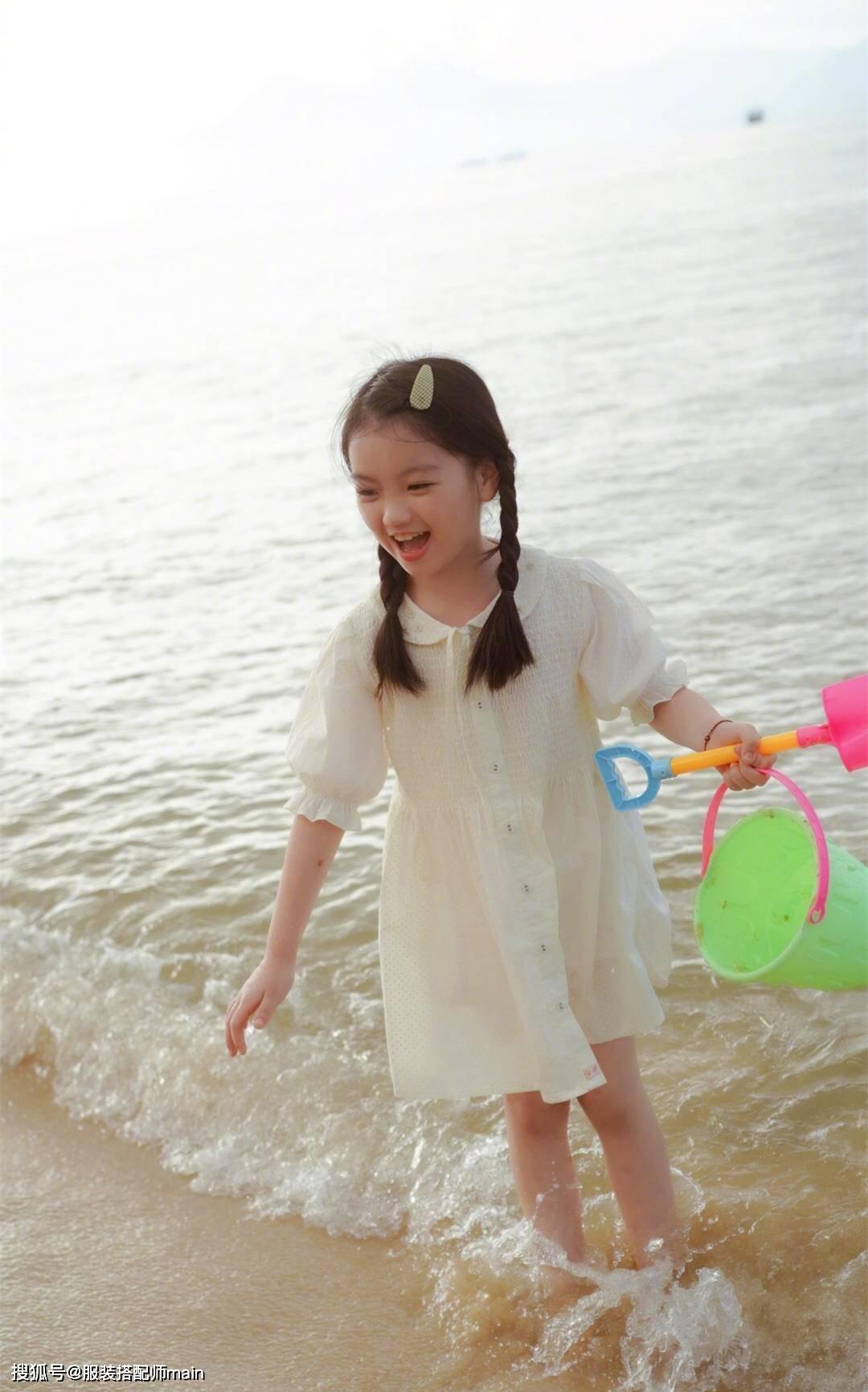 8岁阿拉蕾不得了,双麻花辫配娃娃裙长腿吸睛,褪去婴儿肥更出众