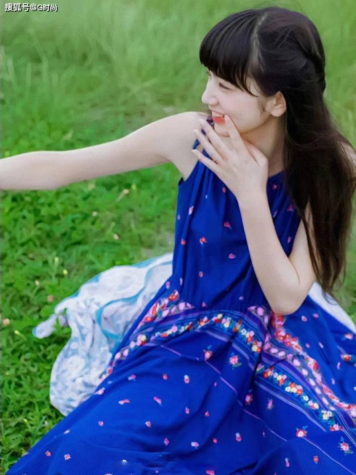 碎花吊带裙无论是明艳还是素雅,都能展现出清新感,温柔恬静