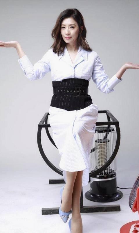 贾静雯真个性,穿连衣裙在后腰剪个