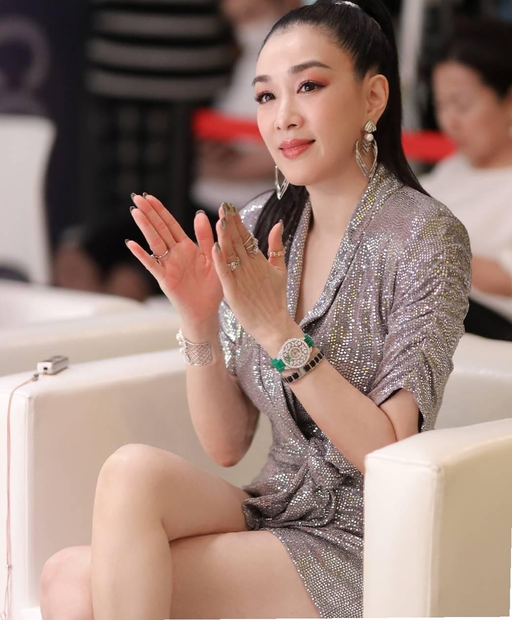 钟丽缇50岁依旧性感,银色亮片裙华丽耀眼,高马尾活力满满