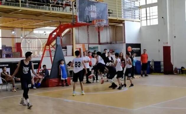 视频-网友曝U13篮球赛充满恶犯 推人+肘击+打头频出