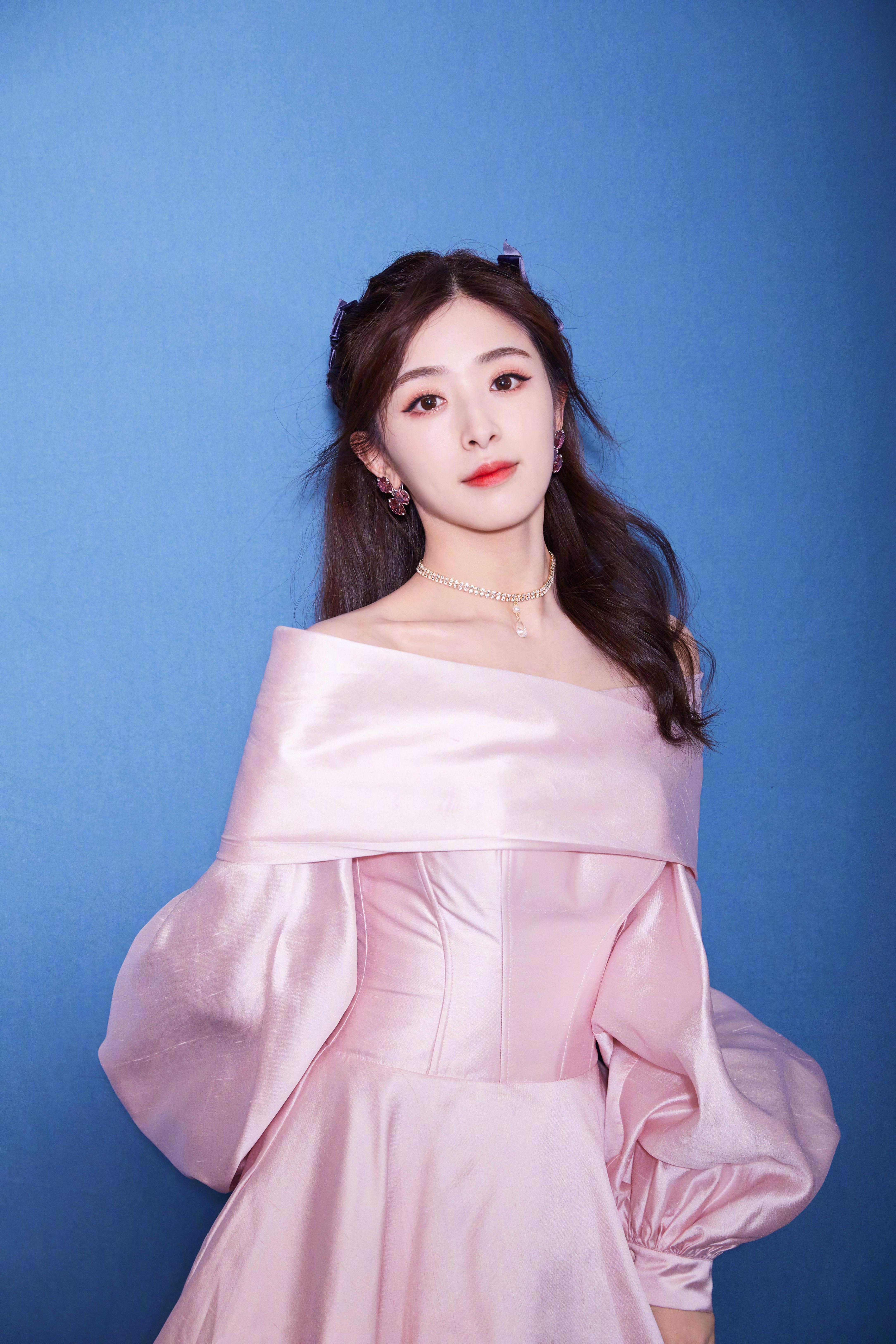 张含韵成了古堡公主,粉红色裙子古典高贵,桃花妆容细腻可爱