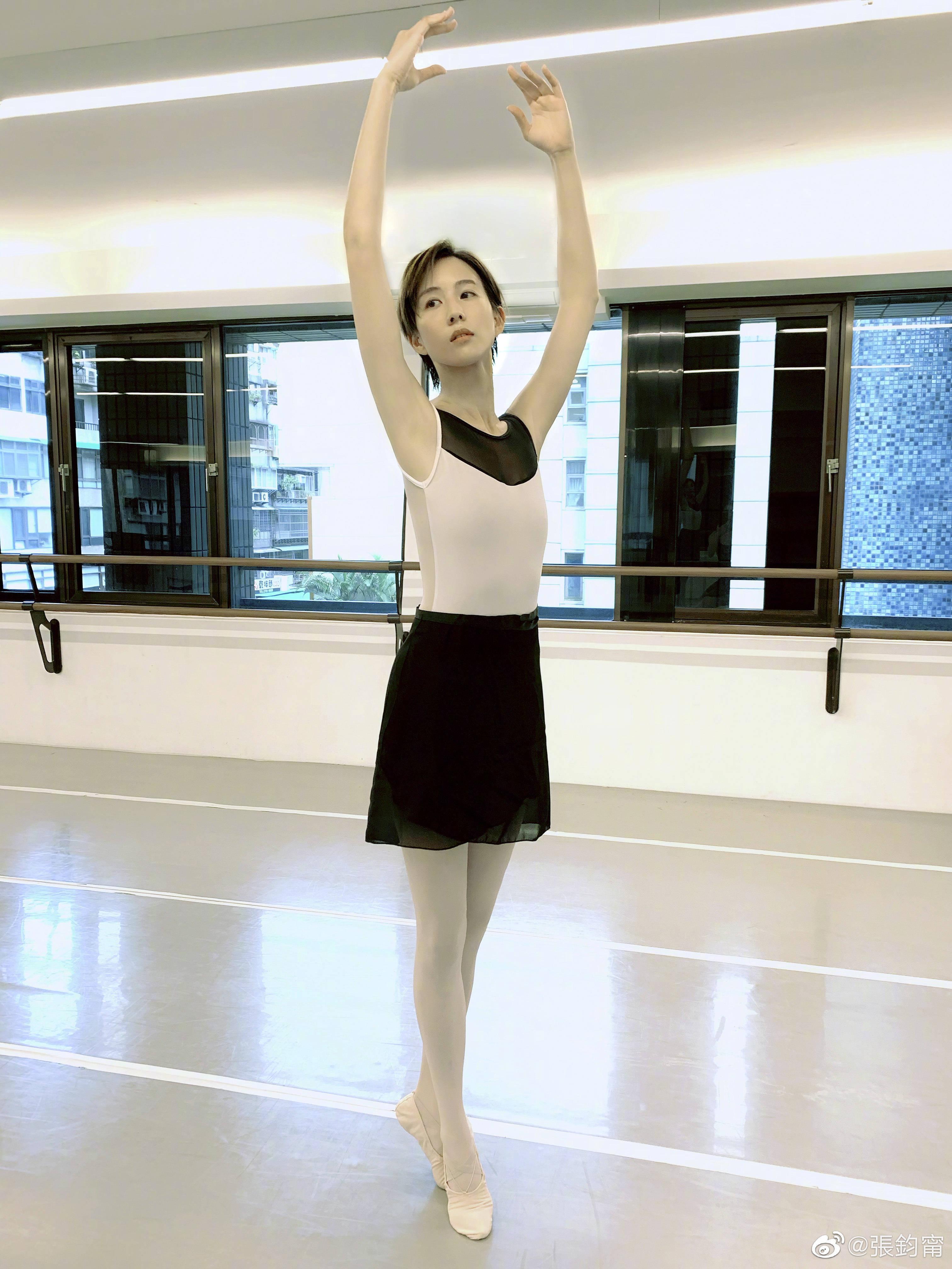 张钧甯短发造型出镜,配紧身衣大秀芭蕾舞姿,气质大变样骨感明显
