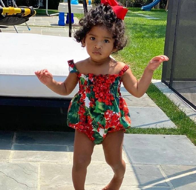 科比小女儿14个月大了,穿上花裙子好美,小腿像极了爸爸