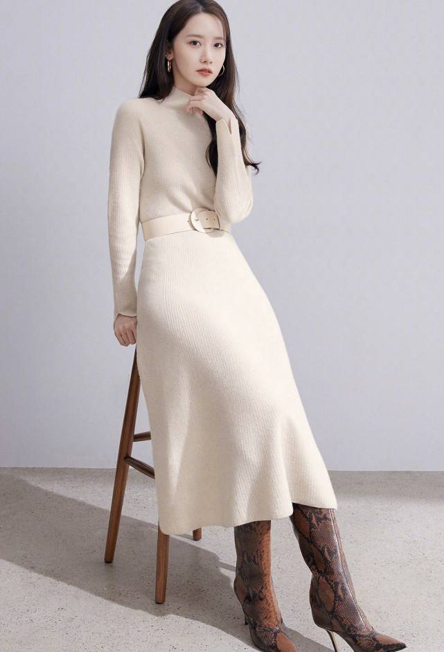 林允儿带领秋冬时尚,穿大衣针织裙展示秋冬穿搭,不愧潮流风向标