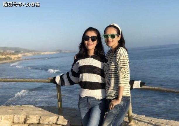 章子怡、苏芒在外洋度假,穿条纹T恤配牛仔裤,虽低调却意外洋气