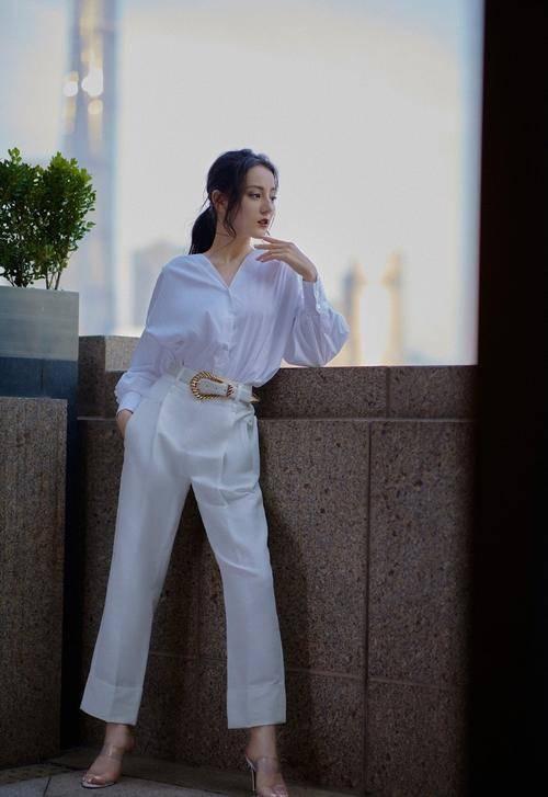 迪丽热巴穿白色套装出席活动,风格百变气场全开,这身材我不服