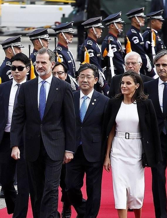 原创64岁韩国第一夫人穿墨绿裙真优雅!同框衣品超好的西班牙王后没输