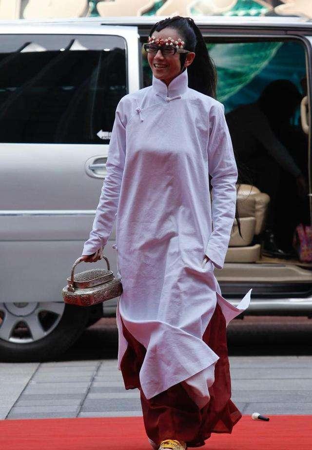 杨丽萍面对镜头不自信,录节目戴帽子,只为遮住额头皱纹!