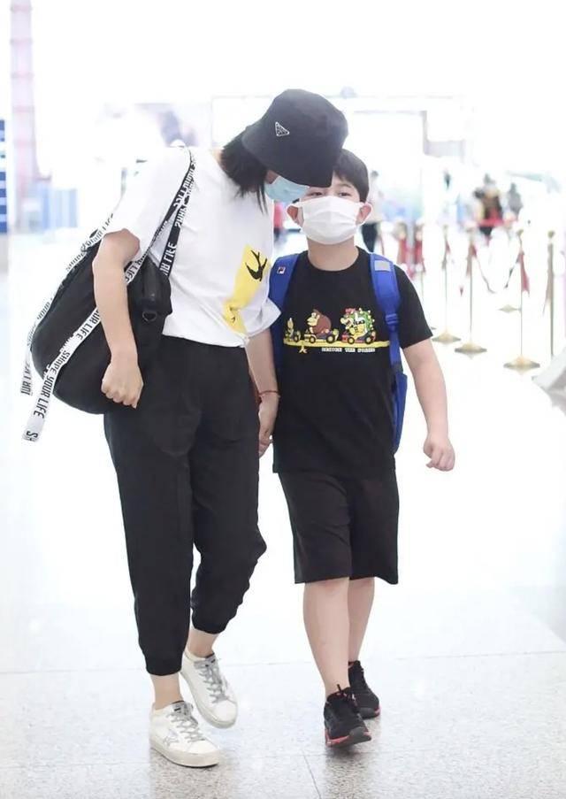 胡可沙溢携儿子现身机场,安吉抱着妈妈撒娇,身高瞩目但依然胖