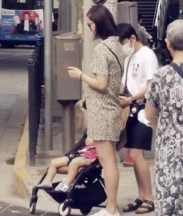 好尴尬!李亚男挺孕肚出街,老公王祖蓝跟随却被误认成保姆