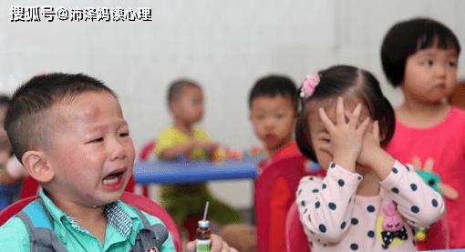 爸爸送女儿上幼儿园后哭成泪人,父母和孩子都该学会离别