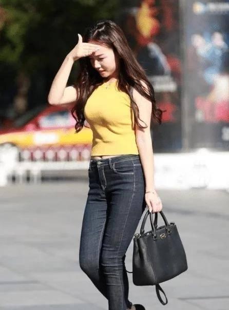 黄色上衣搭配黑色牛仔裤,时尚优雅,尽显好身材