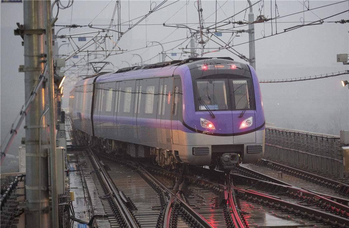 南京在建的一条地铁线长约35.5公里,预计2021年通车。 南京地铁