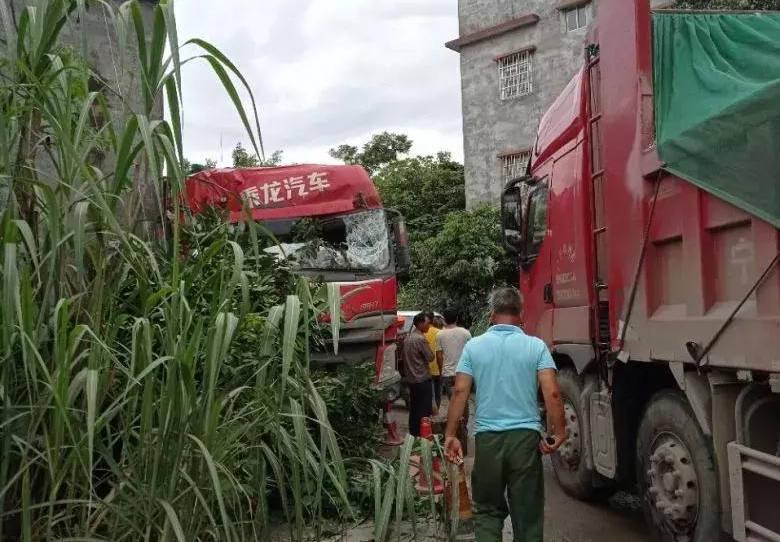 无奈!广西的一辆大卡车撞上了一所民房