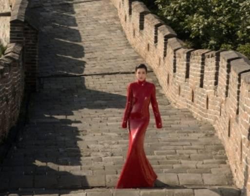 原创             李冰冰在长城拍大片,身穿红色鱼尾裙秀身材,优雅动人
