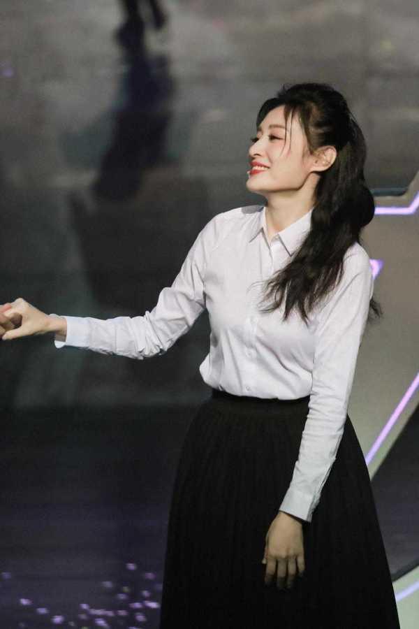 周涛的气质很好。她身穿白衬衣搭配黑裙