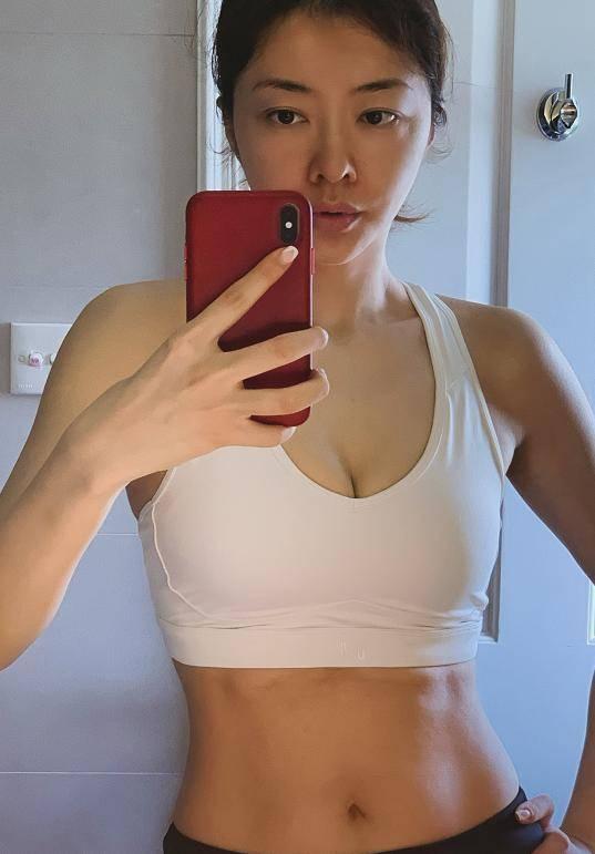 40岁熊黛林素颜出镜,对镜自拍大秀马甲线,多余副乳却意外抢镜