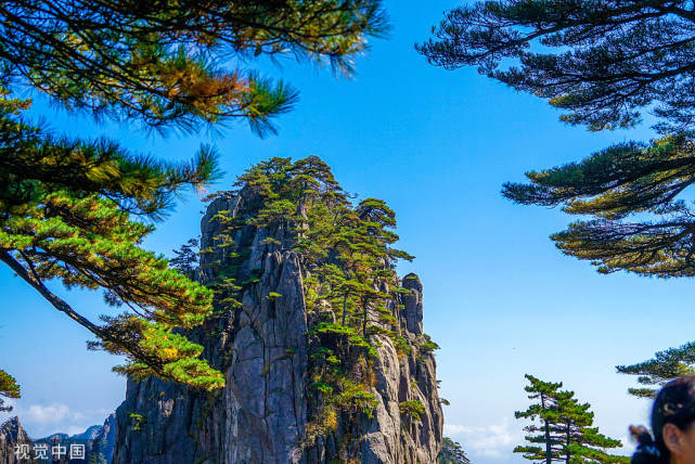 安徽黄山深秋异常险峻,吸引了无数游客前来黄山打卡。 去黄山玩的最