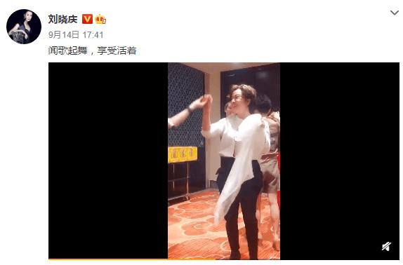 65岁刘晓庆生活惬意 牵手跳舞状态好