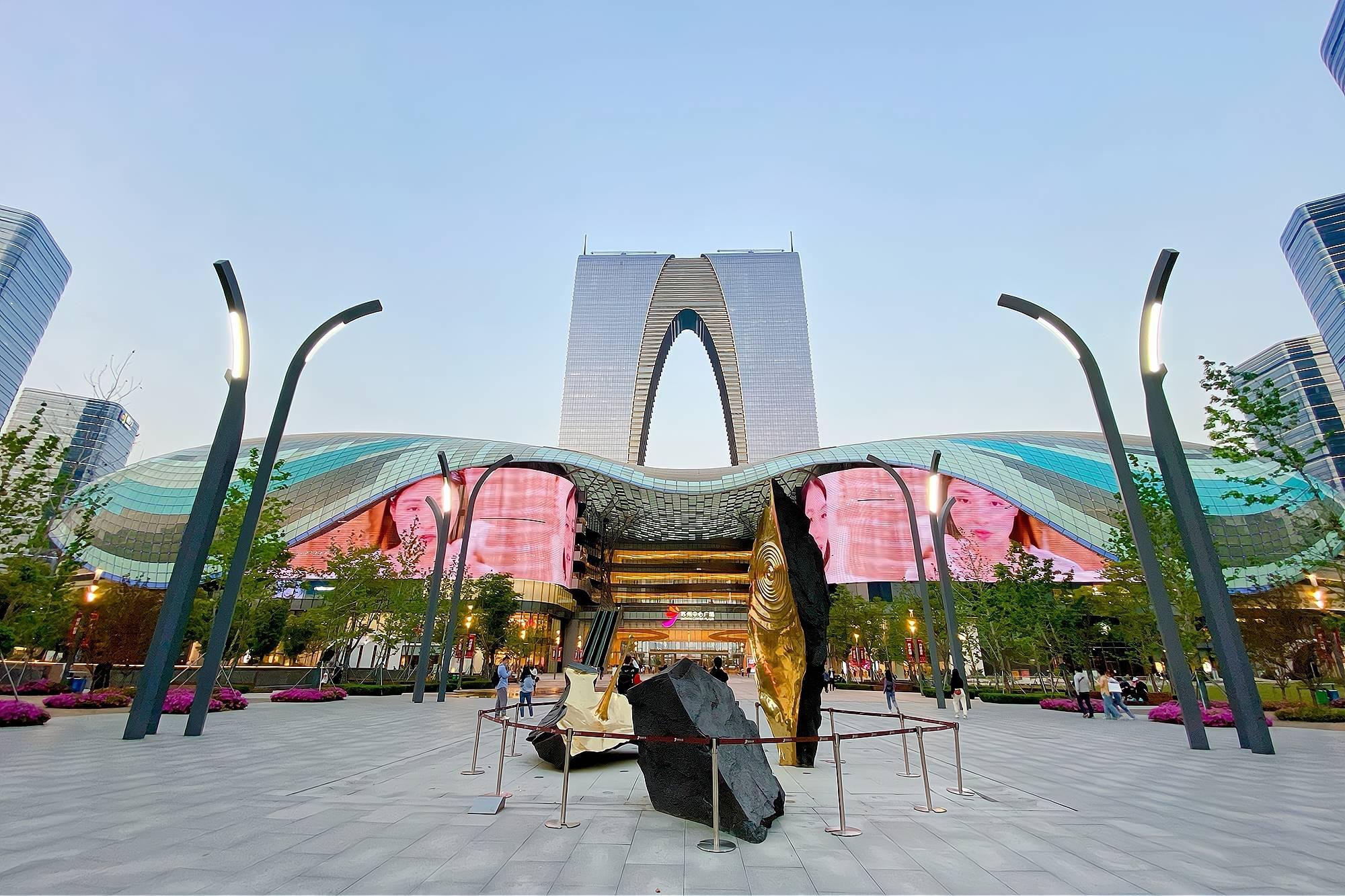 """原创             """"世界第一门""""东方之门,高301.8米,苏州旅游必打卡地标建筑"""