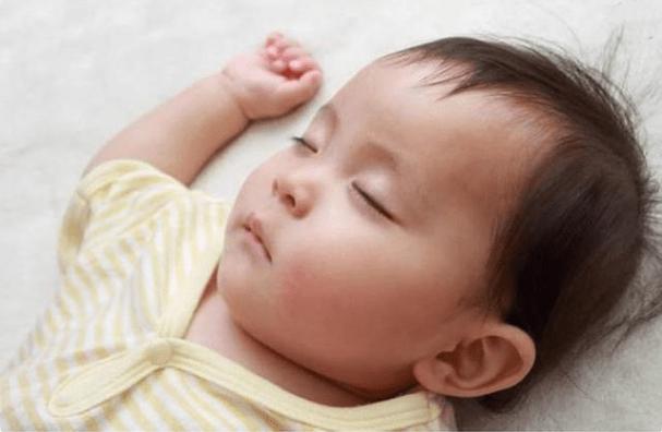 入秋后天气转凉,屋里再冷也不能让宝宝这样睡,不舒服还容易着凉