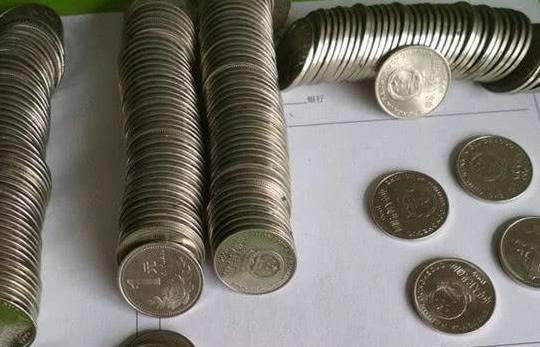 最后一枚印有国徽和国名的一美元硬币,你一定放在家里了。
