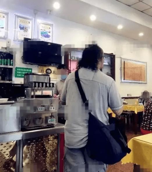 窦唯餐馆吃饭被网友偶遇 打扮随意头发凌乱身材发福不少