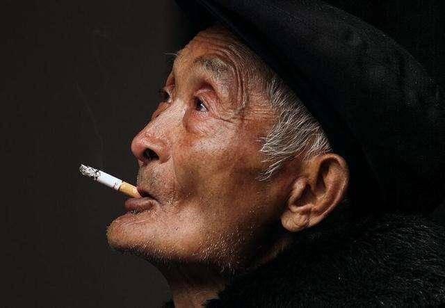 提醒长期吸烟的人,身上若这3处疼,其实是肺发出信号要去戒烟了