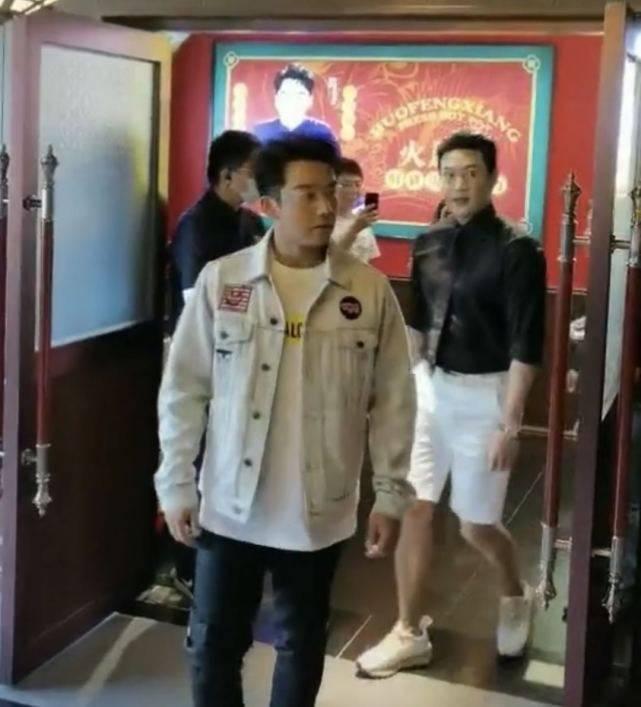 郑恺暖锅店分店开业,不见苗苗,跟网红