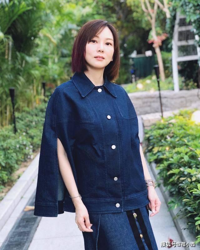 陈美诗不愧是孙耀威的妻子,一身牛仔造型品位时髦,橘色袜子好潮