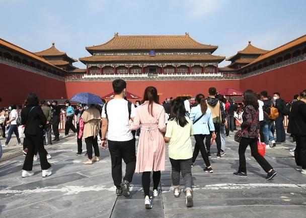 北京景点第一天就有数百万游客 全国旅游收入766.5亿元