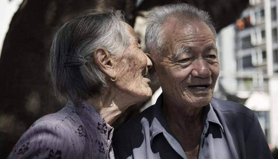 江阴惠尔助听器温馨提示:关爱留守老人听