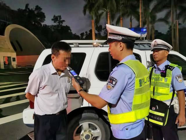 酒后驾驶非法营运大客车被交警查获,司机:车上都是我的朋友!