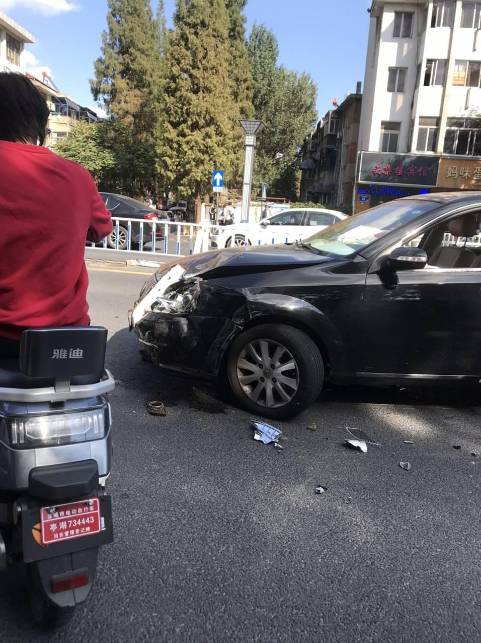 爆料:盐城市开放大道育才路口一轿车失控连撞多节护栏