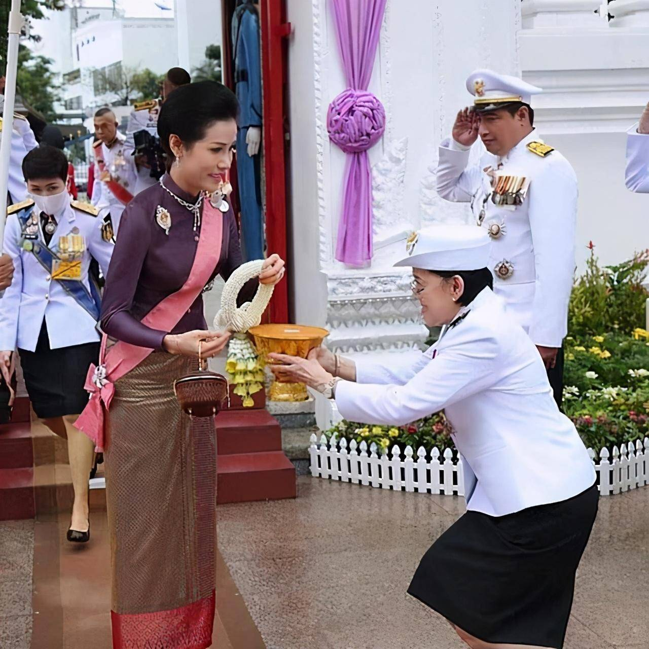 泰国国王把诗妮娜贵妃带回中国!贵妃瘦得跟纸人似的 和素田比起来都不敢高调