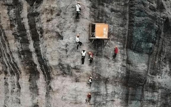 中国最奇特的食堂 建在景区100米悬崖上