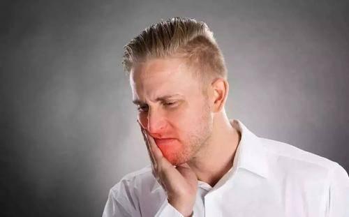 舌头出现裂口子是怎么回事?十有八九是这3种情况,不要轻易忽视