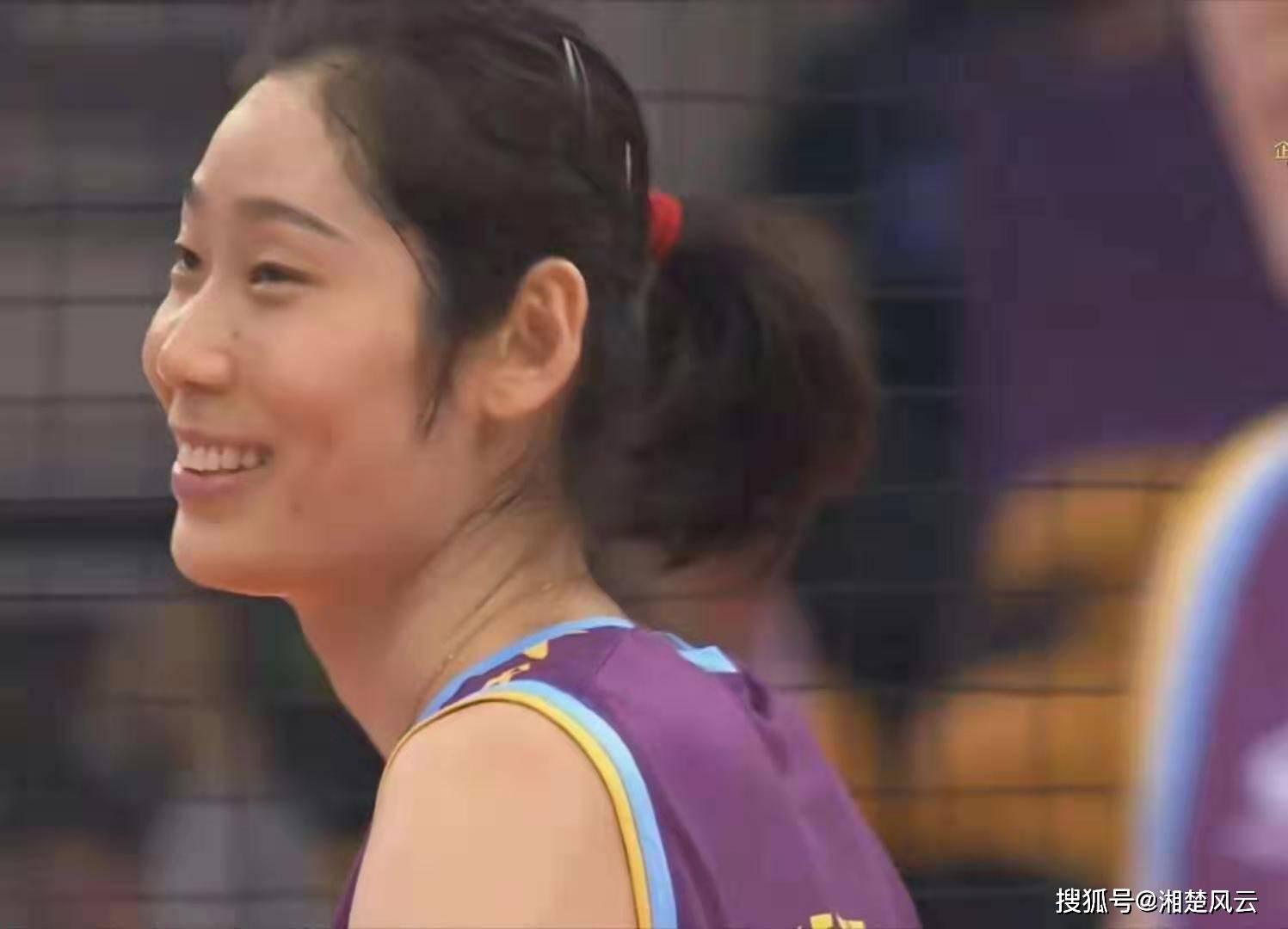 天津女排与朱婷续约 卫冕概率大大提高 在比赛中 网民们担心朱婷的受伤