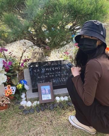 雪莉去世1年 她最好的朋友金善儿在墓前哀悼:我