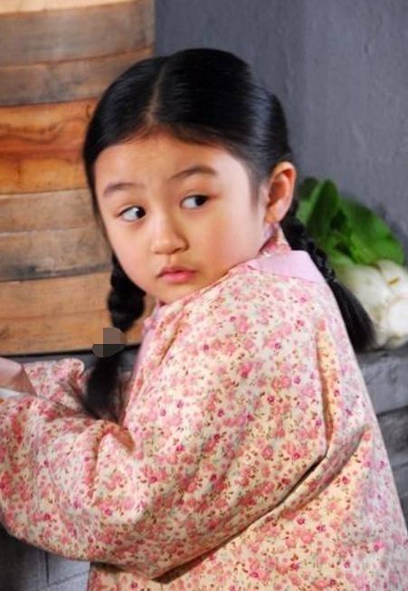 她在四岁出道,因《花千骨》被称为《最
