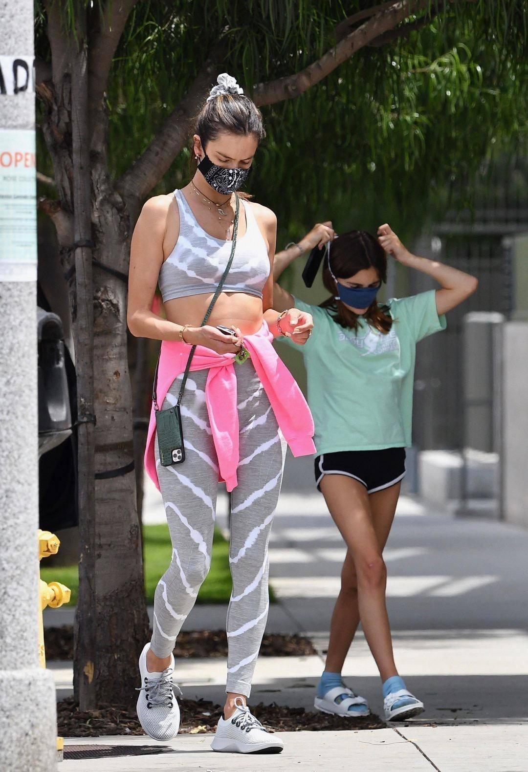 上衣 超模AA12岁女儿长腿太吸睛!她穿花上衣配超短裤,纤细腿型不输妈