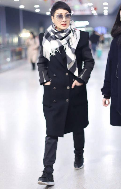 原创             张凯丽奶奶年纪也精致,穿拼接大衣配格子围巾,保暖时髦又很洋气