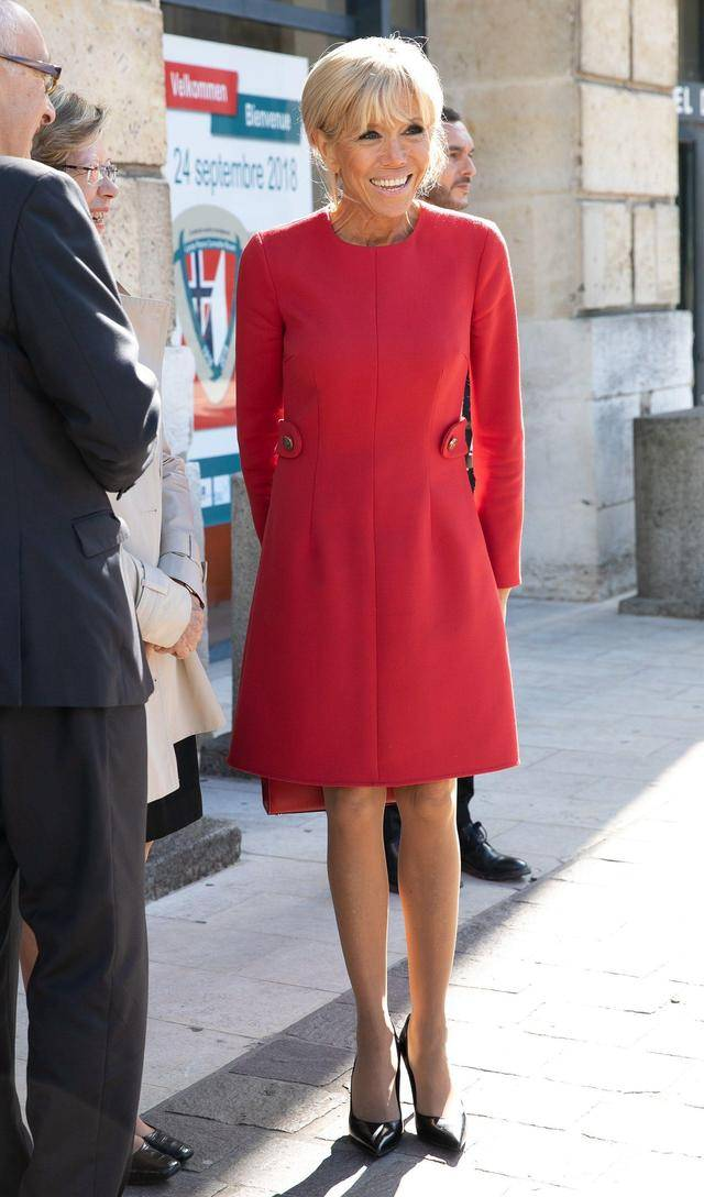 原创             法国夫人挽鲜肉笑得开怀!穿白色连衣裙秀小鸟腿,不见马克龙身影